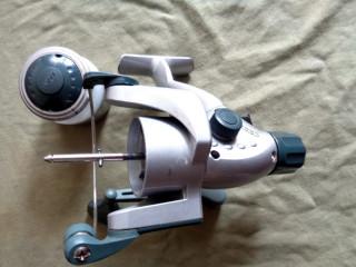 В катушках с задним расположением фрикционного тормоза замена шпули производится легким нажатием кнопки на самой шпуле